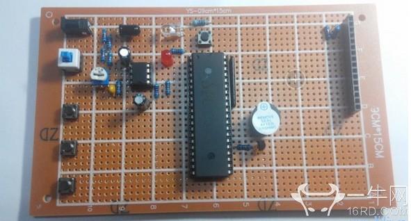 脉搏器的传感器采用的是光电红外发射和接收的传感器,检测人体内血流动时对光的透过率或反射率不同而将其转换成电信号,电信号经过LM358进行信号放大,滤波电路,比较电路,后经过单片机处理,再显示出来,手指放在红外传感器处两秒内读出脉搏,按键是设置脉搏最高警报值和最低警报值,电位器是用于灵敏度调节的,因为每个人的手指厚度都不同,所以检测时需要调节到比较合适的灵敏度。 下面是电路原理图: